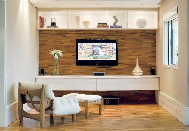 Sala De Home Theater Pequena ~ madeira em tom médio não atrapalha a imagem da TV e o móvel